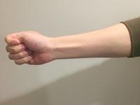 腕を前にしっかり伸ばし親指を軽く握る