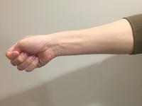 小指側に手首を曲げる